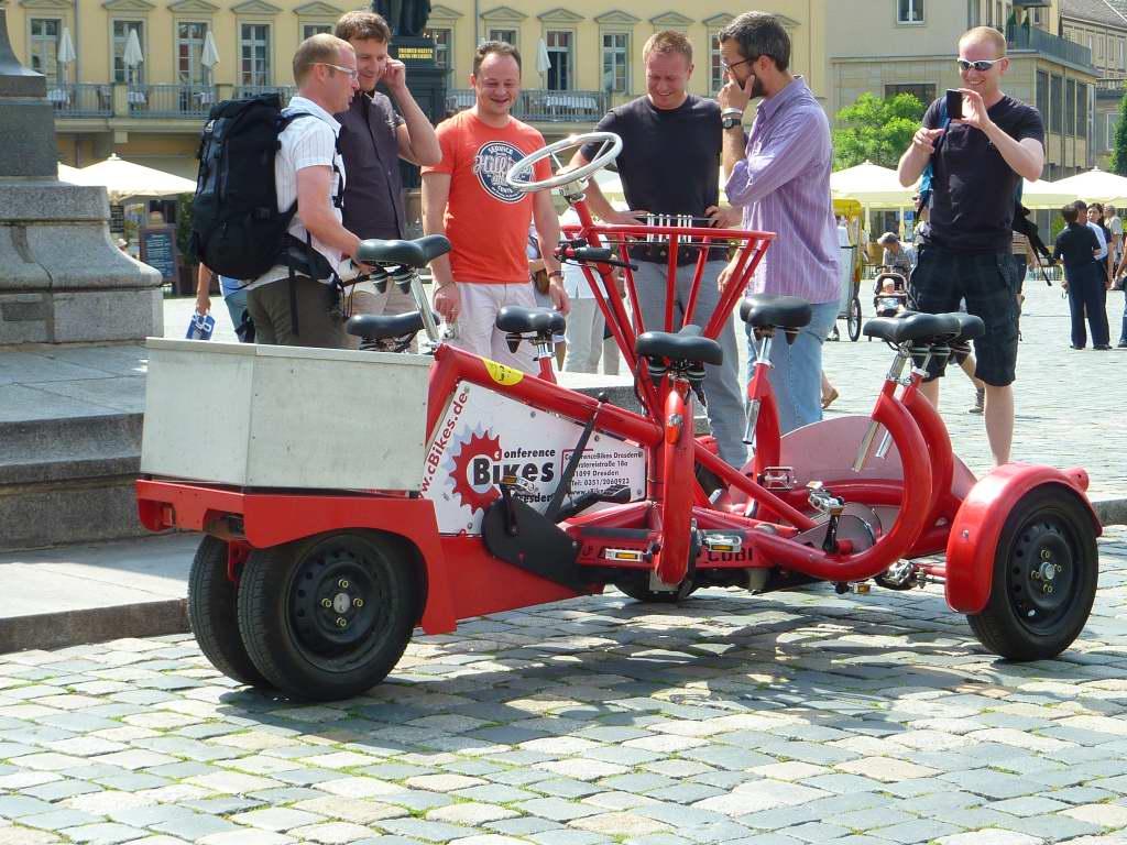 Radmobil in Dresden, einer lenkt, alle trampen!